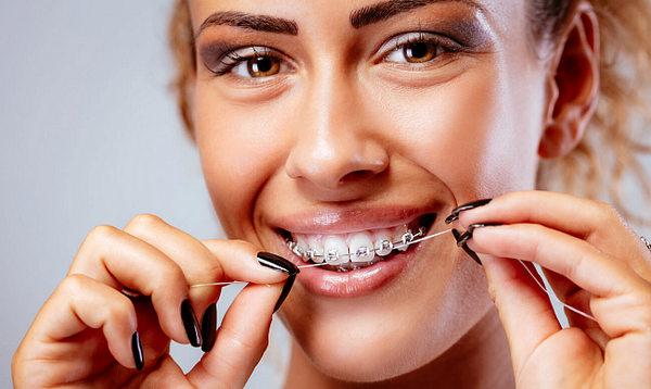 Как правильно чистить зубы с брекетами зубной нитью, щеткой – Доктор Зуб