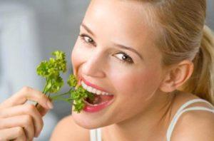Как быстро избавиться от запаха чеснока изо рта после еды
